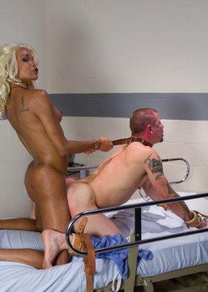 Настоящая блондинка пришила себе хуй на место вагины и трахается с мужиками - фото 15