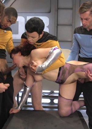 На звездолете Интерпрайс праздник – в гости зашла сексуальная инопланетянка, изголодавшаяся по мужикам и перееблась со всей командой - фото 2