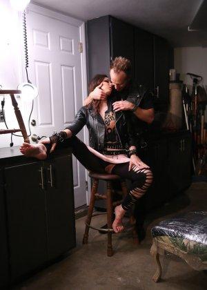 Красивой брюнетке с хорошеньким телом Tiffany Tyler вылизывает вагинальную щель - фото 11