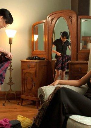 Рисковая дамочка разрешает испытывать свое тело на прочность с помощью некоторых предметов - фото 4