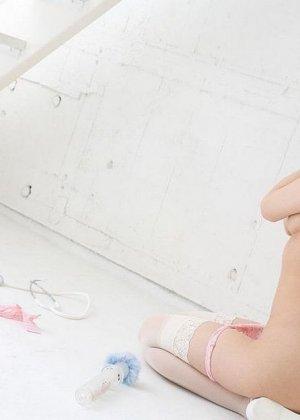 Очаровательная японская медсестра Мисо Кукоиден позирует в своем рабочем кабинете - фото 14