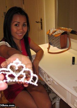 Красивая азиатская девушка со стройной фигуркой засветила свои трусики - фото 3