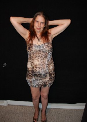 Зрелая телка с висящими сиськами стоит раком на кровати - фото 8- фото 8- фото 8
