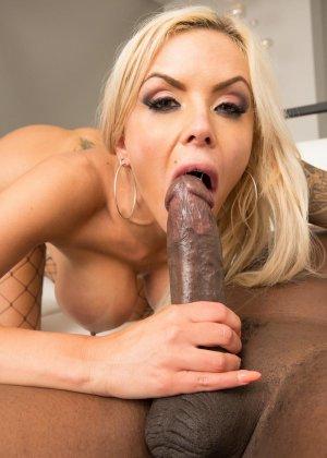 Блондинка Моника обожает глотать тепленькую сперму которая накопилась у негров - фото 12