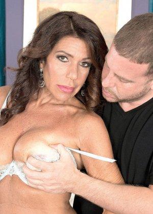 Брюнетка орет, когда в ее киску проникает член симпатичного парня с накаченным пенисом - фото 3