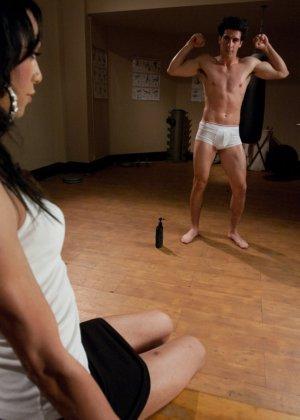 В раздевалке красивая брюнетка с членом трахает парня с заду - фото 2