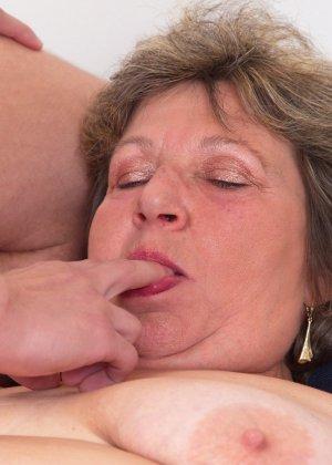 Пожилая женщина оказывается в обществе молодого парня и дает себя трогать во всех местах - фото 16