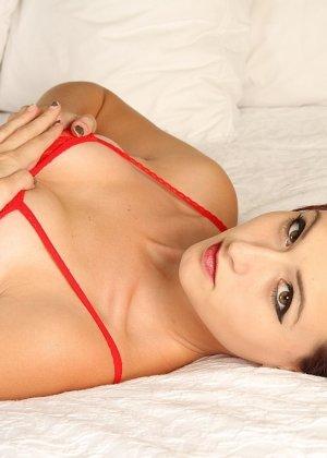 Развратная брюнетка в красном желает секса на белоснежной постели - фото 2