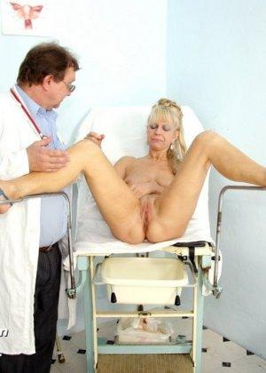 Доктор заботливо принимает свою пациентку и дает себя рассмотреть со всех сторон, не стесняясь своего тела - фото 14