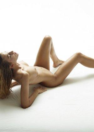 Эротические фото красивой худенькой девушки с маленькой грудью - фото 3