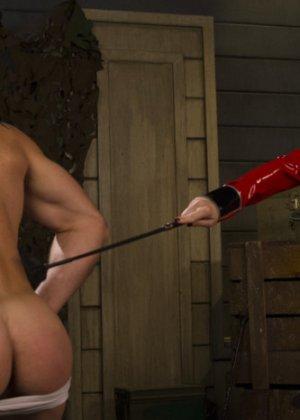 Госпожа наказывает своего накаченного раба, она хлыщет его зад плеткой и трахает до изнеможения - фото 2