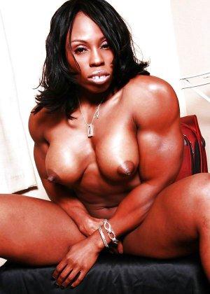 Черная женщина показывает, что занимаясь бодибилдингом можно добиться невероятных результатов - фото 7