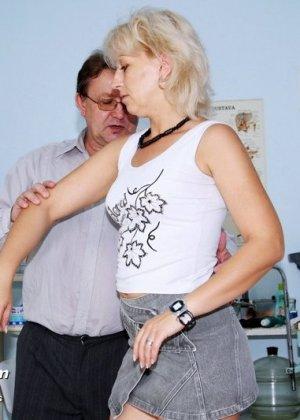 Романа приходит к гинекологу и полностью доверяется его опыту, а он пользуется этим и рассматривает ее всю - фото 2