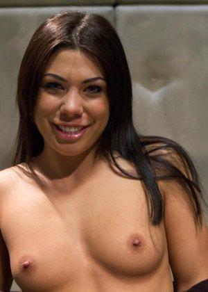Красивые сучки занимаются жестким развратным сексом со своими подругами по делу - фото 4