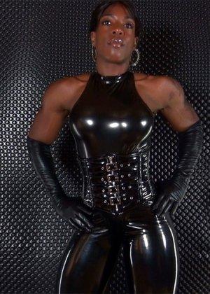 Транс в латексе поставил раком симпатичного мужика, он будет долбить его в задницу, пока сперма не польется - фото 3
