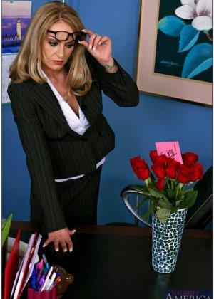 Секретарша с пухлыми сосками трахается со своим темнокожим начальником ради продвижения по карьерной лестнице - фото 7