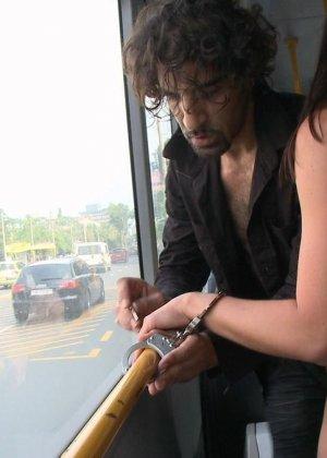 Парнишка начал жарить её в автобусе а после вывез в лес и кончил на грудь - фото 18