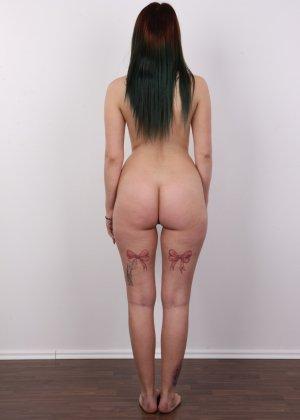 Очень красивая молодая девушка оголяет свое красивое тело перед камерой - фото 12