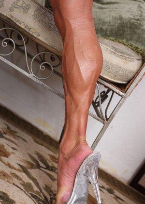 Женщина-бодибилдерша очень напоминает внешне мужчину, но всё же ее нутро говорит о женственности - фото 7