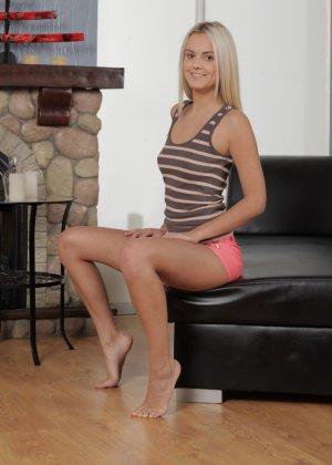 Роскошная блондинка сняла обтягивающие шорты и помастурбировала - фото 1