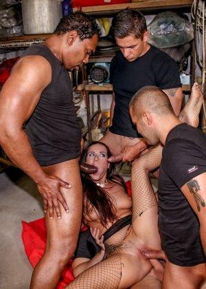 В гараже телку выебали четыре автомеханика в пьяном состоянии - фото 7