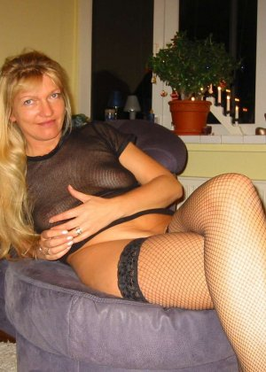 Зрелую блондинку с рыхлой пиздой трахает паренек от первого лица - фото 16