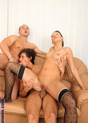 Симпатичный гей сосет член другого мужика, пока его соседка мастурбирует влажную киску - фото 9