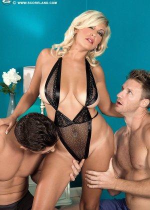 Опытная блондинка попадает в руки двух возбужденных молодых мужчин и дает им себя трахать - фото 4
