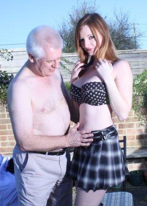 Пожилому мужчине очень повезло - ему отдается молодая телочка и удовлетворяет его желания - фото 5
