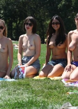 Группа студенток после универа сделали несколько эротических кадров - фото 14