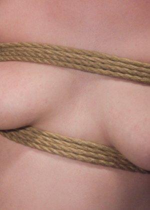 Жесткий извращенный трах во все дырочки очаровательной блондинки - фото 9