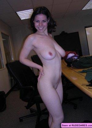 Раскованные девки в любых местах показывают свои голые сексуальные тела - фото 13