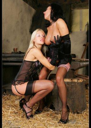 В старом заброшенном сарае две горячих лесбиянки лижут друг другу пизду - фото 4