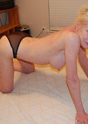 Опытная блондинка в голом виде показывает свои принадлежности - фото 20