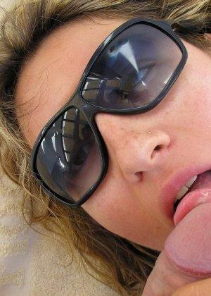 Девушка на отдыхе сосет хуй своему парню и ублажает его целиком - фото 26