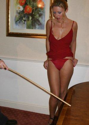 В красном платье сучка раздвигает свои длинные ножки и пизду - фото 8