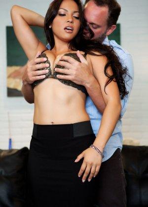 Сексуальная Адрианна Луна отдается возбужденному мужчине и позволяет трахать ее со всей силой - фото 5