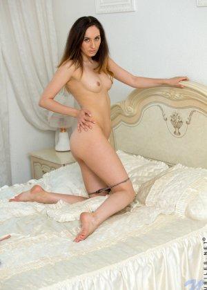Стройная девушка показывает свое тело без одежды, чтобы у всех была возможность оценить ее - фото 7