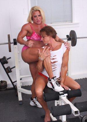 Два транса развлекаются друг с другом в спорт-зале, получая удовольствие от взаимных ласк - фото 8
