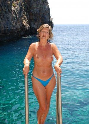 Отдых на море в эротических фото зрелой дамы на крутой фотик - фото 37