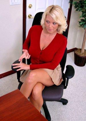 Начальник подложил свою зрелую, но красивую секретаршу своему арабскому бизнес-партнеру, тот натянул ее дырку - фото 3