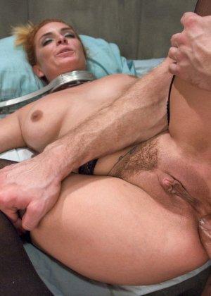 Сексуальная медсестра Эшли Грекхем зашла в палату осмотреть пациента, а он ее выебал в жопу прямо на своей кровати - фото 17