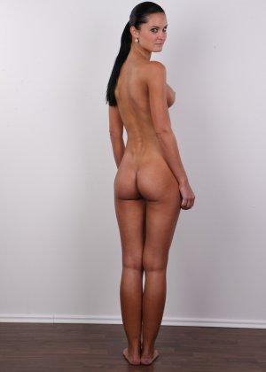 Брюнетка с потрясающими сиськами и бритой киской пришла на порно кастинг - фото 12