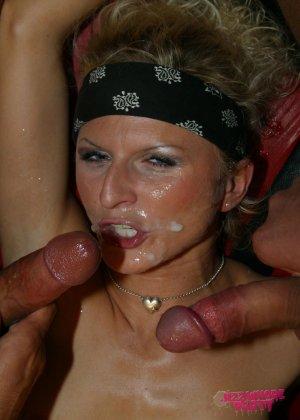 Две подруги были выебаны между сисек и получили сперму прямиком на лицо - фото 1