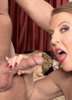 Блондинистая проститутка в чулках ебется на износ с любовником - фото 16