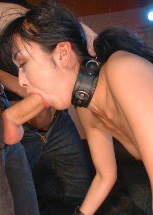 Жестокий секс с хорошей телкой азиатской внешности на полу в подвале - фото 18