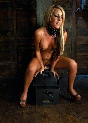 Холли Тэйлор – чувственная блондинка, которая испытывает на себе действие мощной секс-машины - фото 8