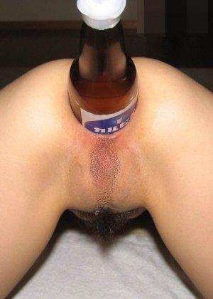 Девушка терпит мощное испытание - она позволяет вставить в свой анус большую бутылку - фото 5