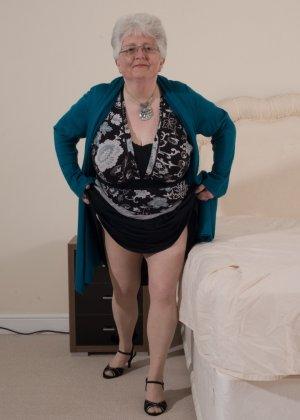 Пожилая женщина не сдает позиции и принимает участие в эротической фотосессии - фото 5