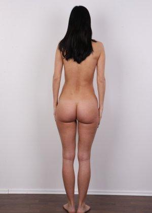 На чешский порно кастинг приперлась привлекательная брюнетка с волосами на лобке - фото 11